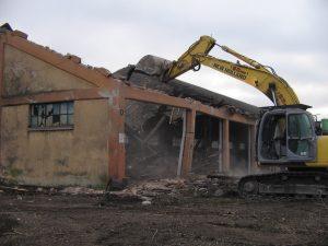 demolizioni con escavatore